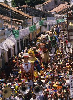 O carnaval de Olinda é um dos mais clássicos do Brasil e tem como principais personagens seus grandes bonecos dançantes.