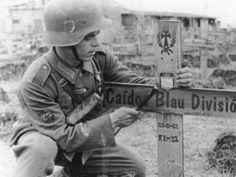 Soldat espagnol de la division bleu enterrant un de ses camarades. Si la résistance espagnole à Krasny Bor a fait échouer l'attaque soviétique autour de leningrad...