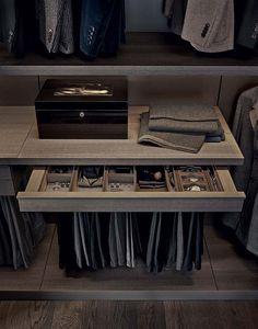 Poliform réinvente avec Fitted, l'armoire, pour lui insuffler une vraie volonté de scénariser l'espace, tout en amplifiant la luminosité grâce à sa structure fine. Avec ses portes minimalistes, elle se compose du programme Senzafine en mesure de s'adapter à chaque espace. Les éléments intérieurs s'exprime par une solidité formelle et rigueur géométrique qui permettent cette transparence absolue. Design Rodolfo Dordoni. ©Poliform