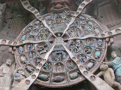 無常大鬼を囲んだ六道輪廻図。二番目の輪は輪廻思想の「人道」「天道」「阿修羅道」「餓鬼道」「地獄道」「畜生道」、三番目の輪は人の生・老・病・死・憎怨・愛別離を表しているそうです。