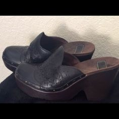 Indingo brand black leather high wedge clogs awesome size 7.5 leather Indingo clogs. Wore off and on. Leather is in excellent condition as the the sole. Some wear on inside. Footbed is padded which adds to the comfort. Have so many black clogs trying to whittle the collection down a few. These are quality made a great brand with excellent workmanship look great with everything jeans to dresses a beautiful pair of clogs. These are a little under 3 inch wedge so added height in a super comfy…
