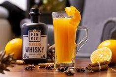 Der brandheiße Whiskycocktail für den Winter: FINRIC Glühwhisky. Dieser Winterdrink mit Whisky ist die perfekte Abwechslung zu Glühwein! 🥃 Fruchtig 🥃 Süß Whisky Cocktail, Blended Whisky, Winter Drinks, Food And Drink, Cocktails, Orange, Mugs, Tableware, Fruit Juice
