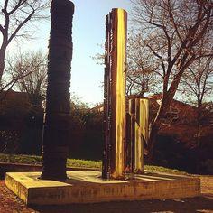 [risposta indovinello post prandiale] Le ombre (3) artistiche del precedente post provengono dai Totem di Gió Pomodoro, inizialmente installati in piazza Verdi