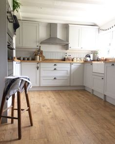 Allendale Dove Grey from Howdens with their rustic oak worktops. Allendale Dove Grey from Howdens with their rustic oak worktops. Classic Kitchen, Rustic Kitchen, New Kitchen, Kitchen Decor, Kitchen Modern, Kitchen Country, Country Kitchen Flooring, Country Homes, Kitchen Tiles