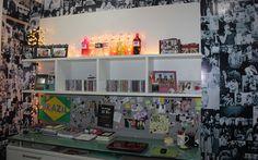 It quarto: Tati cobriu as paredes com fotos preto e brancas de seus ídolos - Você - CAPRICHO