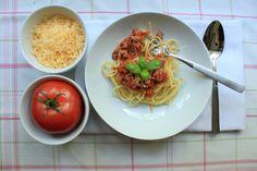 Na leniwą sobotę postanowiłam wybrać maksymalnie prosty przepis - spaghetti bolognese. Przygotowuje się go bardzo szybko i nie potrzeba wiele składników. Ten sos to w zasadzie podstawa, dodając kolejne składniki możemy wyczarować różne k