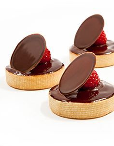 Callebaut – Plain tartlets with ganache glaze – cakes – Desserts Gourmet Desserts, Fancy Desserts, Plated Desserts, Delicious Desserts, Dessert Recipes, Patisserie Fine, Chocolate Desserts, Chocolate Baskets, Valrhona Chocolate