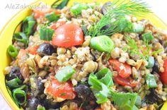 Bezglutenowa i wegańska sałatka z kaszy gryczanej i soczewicy z czarnymi oliwkami. Z dodatkiem szczypiorku, koperku i pomidorków koktajlowych. Przyprawiony czosnkiem niedźwiedzim i olejem z lnianki.