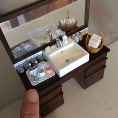 ようやく完成、洗面台。色々小物を作ったので並べすぎました(^^;) #ミニチュア #ドールハウス #miniature  #dollhouse