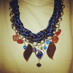Maxi collana con catena argentata, lavoro all'uncinetto con maglia a doppio filo…