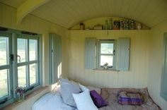 Zachtblauw, roomwit veel ramen A comfortable bed in a Plankbridge shepherd's hut. Small Dream Homes, Tiny Homes, Camping Pod, Magical Room, Portable House, Shepherds Hut, Gypsy Wagon, Compact Living, Tiny House Design