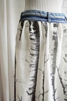 rock-einer-alten-jeans-naehen-guertel-denim-stoff-fliessend-unter-teil-schwarz-weiss-blau
