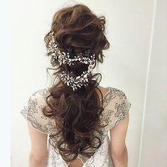 *̣̣̥◌⑅⃝♡ ながーい#小枝アクセサリー を 流れるように飾った#花嫁ヘア  * キラキラ小さくて、かすみ草みたいな #小枝のかみかざり は✨ 今花嫁さんにとっても人気のアイテムです * くるくるの#ローポニー のアクセントになって 華やかで可愛いヘアアレンジですね ♡*̣̣̥◌⑅⃝ photo by @tmy_o3.pugmi #プレ花嫁#卒花嫁#卒花#結婚式#結婚#結婚式準備#ウェディングレポ#婚約中#婚約#プロポーズ#ブライダルヘア#ウェディングヘア#ヘアアレンジ#ヘアスタイル#ヘッドドレス#結婚式ヘア#結婚式髪型#ポニーテール#花嫁diy#結婚式diy#小枝のアクセサリー#marry#marryxoxo