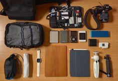 """以前も Flickr という写真共有サイトの """"What's In Your Bag?"""" というコミュニティに載せられているカバンの中身を紹介した。今回も前回と同様、特定のガジェットに絞らずクールだと思ったガジェットバッグの中身を紹介していきたい。 前回の記事:【カバンの中身】外国人の洗練されたガジェットバッグの中身5選  洗練された外国人のガジェットバッグ中身5選 1.トゥミのボストンバッグとその中身 Michael Hu氏のカバンの中身。トゥミの大きなボストンバッグにコーチの大判のブリーフケースが印象的。説明文がないので持ち歩いているガジェットの詳細は不明だが、iPhone 5S と 7インチクラスのタブレットが確認できる。 画像のようなブリーフケースには憧れるのだが、僕のようにガジェットを大量に持ち歩くといびつな形になってしまい、かえって不格好になってしまう。なので現在はMacBook Pro Retina と Magsafe (充電器)をクールに持ち運べるケースを探している。 そういえば以前紹介したポーターのボストンバッグ、8月になったのにまだ購入してないな。。…"""