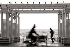 Croisement entre un jogger e un cycliste sur la Promenade des Anglais à #nice  #blackandwhite #photography #streetphotography