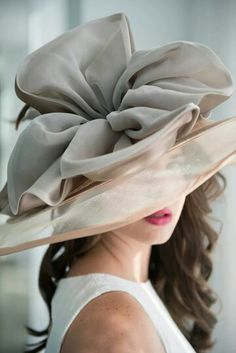 Derby season is upon us and we've got you covered on how to tailgate in style. An effortlessly-cool and timeless look will never do. Beauty And Fashion, Fancy Hats, Big Hats, Derby Day, Church Hats, Kentucky Derby Hats, Wearing A Hat, Love Hat, Mode Vintage
