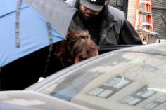 Acredite ou não, mas essa criatura escondida por trás desse guarda-chuvas é Kristen Stewart. A atriz foi fotografada no set de seu novo filme, Still Alice, em New York, na última sexta-feira (07). Infelizmente não conseguiram capturar o rosto da atriz.