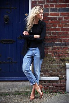 40 Amazing Baggy Jeans Outfit Ideas - a chic black blazer, worn with baggy jeans and brown suede pumps make for an effortlessly cool look
