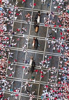 Risk of Death as seen from above: The running of the bulls at the San Fermin Festival in Pamplona, Spain. Space Photography, Aerial Photography, Photography Gallery, Night Photography, San Fermin Pamplona, Running Of The Bulls, Fotografia Social, Aerial Drone, Indian Festivals