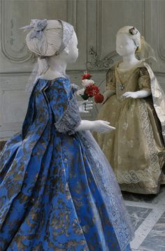 Les filles de Charles Emmanuel III, vers 1730. Two paper costumes of Charles Emmanuel III 's daughters,  part of a series permanently exhibited at the Venaria Reale (Turin, Italy), October 2007 by artist Isabelle de Borchgrave