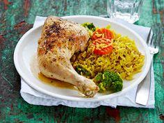 Valmista koko ateria kerralla uunissa. Broileri, riisiä ja pakastekasviksia – helppoa ja herkullista. Pakastekasviksia ei tarvitse sulattaa ennen ruoanvalmistusta. Halutessasi voit tarjota broilerinkoipien kanssa raikasta salaattia.