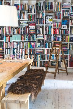 Decorative bookshelf as a wall - The bookshelf covers the entire end wall and measures 4.5 x 3.2 meters.