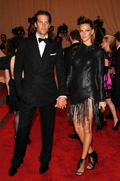 "Tom Brady and Gisele Bundchen attend the Costume Institute Gala Benefit to celebrate the opening of the ""American Woman: Fashioning a National Identity"" exhibition at The Metropolitan Museum of Art on May 2010 in New York City. Gisele Bundchen Tom Brady, Celebrity Couples, Celebrity Weddings, Celebrity Style, Celebrity Pictures, Celebrity News, Gisele Bündchen, Modelos Fashion, Famous Couples"