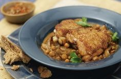 309 cals per portionFancy making chicken for dinner but have no idea what to have it with? You should try this mouth-watering mellow-spiced chicken and chickpeas recipe. With only 309 cals, this chicken dish is a great choice if you're calorie counting as it's served with healthy chickpeas as an alternative to rice or pasta