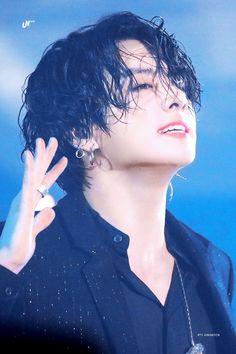 He low-key looks like Michael Jackson- Foto Jungkook, Foto Bts, Jungkook Jeon, Jungkook Oppa, Bts Photo, Bts Bangtan Boy, Jung Kook, Busan, V Bts Cute