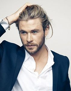 I usually don't like guys with long hair, but hot damn Chris Hemsworth! He was heck of fine in Thor. Man, I guess good genes run in the family since his brother, Liam Hemsworth is good looking too. Liam Hemsworth, Hemsworth Brothers, Pretty People, Beautiful People, Hot Haircuts, Hipster Haircuts, Layered Haircuts, Actrices Hollywood, Man Bun