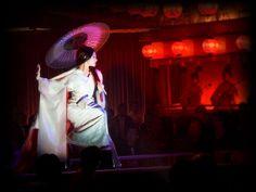 """""""Memorias de una Geisha"""" Memorias de una Geisha"""" Sayuri interpretado por   Zhang Ziyi.   Colleen Atwood ganó el Óscar al mejor vestuario en 2005. Atwood contrastó el kimono de seda plateado-blanco con un color rojo sangre asomando por las amplias mangas acorde con las luces rojas del escenario."""