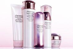 Shiseido White Lucency huidverzorging doet meer dan alleen het verminderen van vlekken en sproeten, het laat van binnenuit een nieuwe helderheid ontwaken. Deze grensverleggende huidverzorgingstechnologie zorgt op drie manieren voor een gezonde, heldere huid met een perfecte uitstraling: het reduceert vlekken, verheldert de teint en vernieuwt de huidstructuur. ParfumCenter.nl