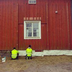 Urakka on alkanut! Ensin suojaamme sokkelin roiskeilta ja putsaamme julkisivun kaikesta irtoavasta möhnästä. Sitten vuorossa on maalinkeitto ja itse maalaus! #kevättoimaalarin #punamulta #italianpunainen #rakennusrestaurointi #julkisivumaalaus #maalaus #byggnadsvårdipraktiken #byggnadsvård #rakennusperintö #perinnerakentaminen
