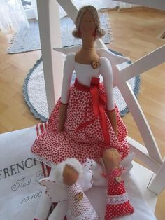 Tilda in red with 2 min dolls