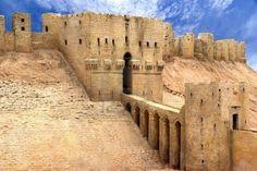 Ciudadela de Aleppo leppo es la segunda ciudad más grande de Siria, después de Damasco. Entre sus monumentos más importantes se encuentra la Ciudadela o Ciudad Antigua,, declarada Patrimonio de la Humanidad por la UNESCO en el año 1986. Esta ciudadela, que es un gran castillo medieval, fue contruida en el siglo XIII sobre un cerro a 50 metros sobre la ciudad y es considerado uno de los castillos más grandes y antiguos del mundo.