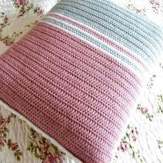 Almohadon y funda tejida al crochet.-