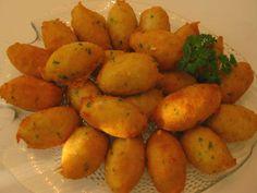 Pasteis de Bacalhau    Ingredientes:    500 g de bacalhau limpo de peles e espinhas  250 g de batatas cozidas  3 dl de leite  4 ovos  1 ramo de salsa  1 pouco de pimenta branca