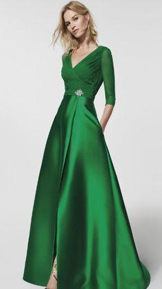 d9efdedc5 Vestido largo en color verde esmeralda con cinto y broche en pedrería   mangas largas y