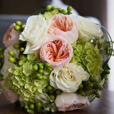 bouquet de mariée, rose de jardins , rose blanche, hydrangée, hypéricum www.alaboiteafleurs.com   photographe : Geneviève Sasseville