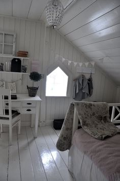 Love these painted white floors Attic Rooms, Attic Spaces, Old Room, Shabby Chic Bedrooms, Bedroom Layouts, Interior Exterior, Interior Ideas, Home And Deco, Dream Rooms