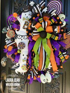 Halloween Mesh Wreaths, Scary Halloween Decorations, Deco Mesh Wreaths, Holiday Wreaths, Halloween Ideas, Holiday Gifts, Wreath Crafts, Diy Wreath, Wreaths For Front Door