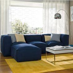 salon con sofa azul y alfombra amarilla