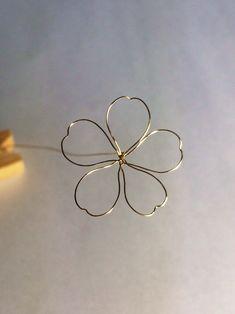 3,輪を開いてこの形にします。花弁が重ならないように。(もっと花弁細くてもいいです)    中心にアロンアルファをつけると固定されて作業しやすいですよ。   #赤椿ピアス