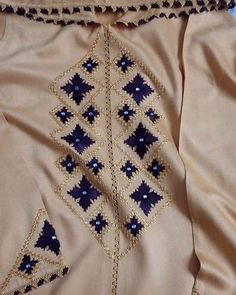 312 mentions J'aime, 1 commentaires - caftan marocaine (@caftan_maro) sur Instagram Indian Embroidery, Embroidery Designs, Brooch, Instagram Posts, Motifs, Collections, Fashion, Moroccan Dress, Caftan Marocain