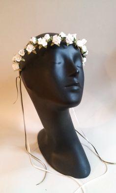 Tocado para novia corona de rosas pequeñitas en blanco y hojitas pintadas a mano Maldito Corazón Mabel Ruiz Blanco 2015