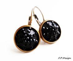 Hier biete ich ein wunderschönes Paar Vintage Ohrringe. Actylcabochons ins schwarz an Bronzebrisuren.     Lt.Hersteller nickelfrei.
