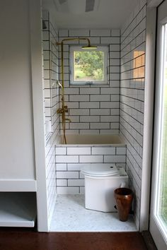 tiny house bathroom * tiny house _ tiny house plans _ tiny house design _ tiny house living _ tiny house ideas _ tiny house bathroom _ tiny house on wheels _ tiny house interior Best Tiny House, Tiny House Plans, Tiny House On Wheels, Small Tiny House, Modern Tiny House, Tiny House Bathtub, Small Bathtub, Tiny House Shower, Bathroom Small