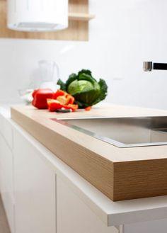 Original, le double plan de travail en bois offre une touche de raffinement supplémentaire à cette cuisine. Leroy Merlin