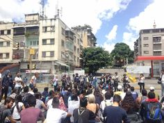 Han realizado #Protesta (#TRANCAZO) en la #UCV de #Caracas exigiendo #Liberación de #Detenidos por la #Tiranía títere de Cuba en #Venezuela @CESCURAINA/Prensa en Castellano en Twitter