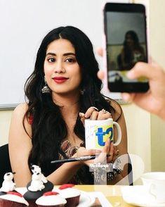 Girlz Dpz, Bollywood Couples, Teenage Hairstyles, Parineeti Chopra, Sara Ali Khan, Lucky Star, Indian Celebrities, Beautiful Indian Actress, Indian Dresses